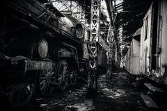 Μερικά τραίνα στην εγκαταλειμμένη αποθήκη τραίνων Στοκ εικόνες με δικαίωμα ελεύθερης χρήσης