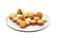 Μερικά macaroons στο πιάτο είναι στο λευκό στοκ φωτογραφίες