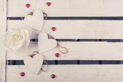 Μερικές άσπρες ξύλινες καρδιές σε ένα άσπρο ξύλινο υπόβαθρο κιβωτίων στοκ εικόνες με δικαίωμα ελεύθερης χρήσης