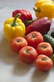 Μερικές όμορφες ντομάτες που βρίσκονται στον πίνακα κουζινών Στοκ Εικόνες