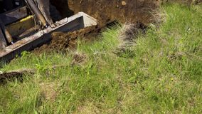 Μερική άποψη του εκσκαφέα που αφαιρεί το στρώμα του χώματος κατά τη διάρκεια των γήινων εργασιών απόθεμα βίντεο