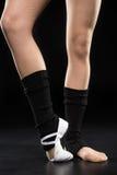 Μερική άποψη του χορευτή γυναικών στην τοποθέτηση παπουτσιών μπαλέτου στο Μαύρο Στοκ φωτογραφία με δικαίωμα ελεύθερης χρήσης