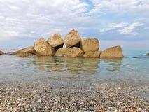 Μερικοί βράχοι στη θάλασσα σε μια χειμερινή ημέρα Στοκ Εικόνα