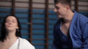 Μερικοί εραστές που συμμετέχονται μαζί στον αθλητισμό Φίλημα ενός αγαπώντας ζεύγους στις χειροπέδες στη γυμναστική απόθεμα βίντεο