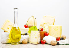 Μερικοί διάφοροι τύποι διεθνών μαλακών και σκληρών τυριών στοκ εικόνα με δικαίωμα ελεύθερης χρήσης