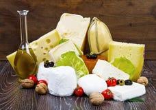 Μερικοί διάφοροι τύποι διεθνών μαλακών και σκληρών τυριών στοκ εικόνα