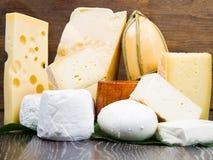 Μερικοί διάφοροι τύποι διεθνών μαλακών και σκληρών τυριών στοκ φωτογραφίες
