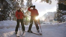 Μερικοί σκιέρ σε ένα χιονοδρομικό κέντρο απόθεμα βίντεο