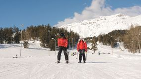 Μερικοί σκιέρ σε ένα χιονοδρομικό κέντρο φιλμ μικρού μήκους