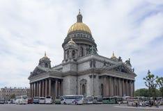 Μερικοί τουρίστες έρχονται με το λεωφορείο στον καθεδρικό ναό του ST Isaac, άλλος Στοκ φωτογραφίες με δικαίωμα ελεύθερης χρήσης