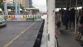 Μερικός επιβάτης παίρνει έναν γύρο βαρκών πέρα από τον ποταμό Chao Phraya απόθεμα βίντεο