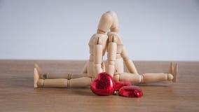 Μερικός ξύλινο άτομο κουκλών τις ημέρες βαλεντίνων που παρουσιάζουν αγάπη ο ένας στον άλλο Στοκ Εικόνα