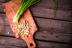 Μερικώς τεμαχισμένη δέσμη των φρέσκων νέων πράσινων κρεμμυδιών στοκ εικόνες