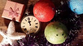 Μεσάνυχτα σε ένα παλαιό ρολόι μεταξύ των δώρων Χριστουγέννων Timelapse απόθεμα βίντεο