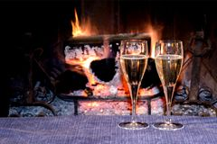 Μεσάνυχτα φρυγανιάς που γιορτάζουν μαζί μπροστά από το καίγοντας έλατο στοκ εικόνες