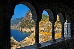 Μεσαίωνες arcade με τη θάλασσα και την άποψη βουνών Στοκ Φωτογραφίες