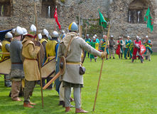 Μεσαιωνικά άτομα στα όπλα που προετοιμάζονται για τον αγώνα Στοκ Φωτογραφία