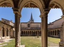 Μεσαιωνικά γαλλικά μοναστήρια στην εκκλησία Collegiale Αγίου Emilion στοκ φωτογραφίες
