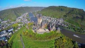 Μεσαιωνικά ευρωπαϊκά σύννεφα λόφων του χωριού αμπέλων κάστρων εναέρια πυροβοληθε'ντα απόθεμα βίντεο