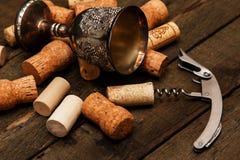 Μεσαιωνικά goblet και το κρασί βουλώνουν Στοκ εικόνα με δικαίωμα ελεύθερης χρήσης