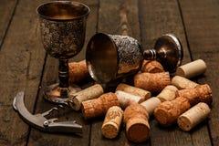 Μεσαιωνικά goblets και το κρασί βουλώνουν Στοκ Εικόνες