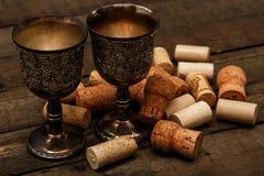 Μεσαιωνικά goblets και το κρασί βουλώνουν Στοκ εικόνες με δικαίωμα ελεύθερης χρήσης