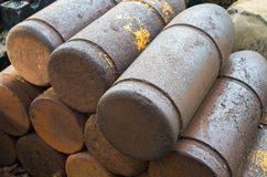 Μεσαιωνικές βόμβες με την όρφνωση Κοχύλι σιδήρου των σφαιρών πυροβόλων Ιστορικά στρατιωτικά πυρομαχικά Στοκ φωτογραφία με δικαίωμα ελεύθερης χρήσης