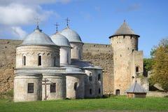 Μεσαιωνικές εκκλησίες και ημέρα Σεπτεμβρίου πύργων πυλών Φρούριο Ivangorod Στοκ Φωτογραφίες