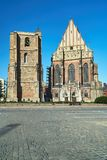 Μεσαιωνικές καμπαναριό και πρόσοψη μιας γοτθικής εκκλησίας Στοκ εικόνες με δικαίωμα ελεύθερης χρήσης