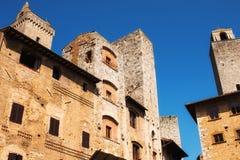 Μεσαιωνική αρχιτεκτονική στο Cisterna della πλατειών τετράγωνο του SAN Gimignano, Ιταλία Στοκ Εικόνες