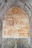 Μεσαιωνική λατινική επιγραφή έξω από την ιταλική εκκλησία Στοκ φωτογραφία με δικαίωμα ελεύθερης χρήσης