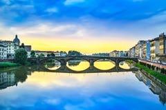 Μεσαιωνική γέφυρα Carraia στον ποταμό Arno, τοπίο ηλιοβασιλέματος. Florenc Στοκ Εικόνες