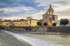 Μεσαιωνική γέφυρα Ponte Vecchio Άποψη του ποταμού Arno από την προκυμαία στη Φλωρεντία στοκ φωτογραφία με δικαίωμα ελεύθερης χρήσης