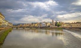 Μεσαιωνική γέφυρα Ponte Vecchio Άποψη του ποταμού Arno από την προκυμαία στη Φλωρεντία στοκ φωτογραφία