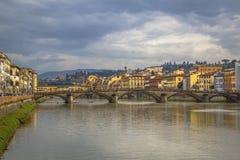 Μεσαιωνική γέφυρα Ponte Vecchio Άποψη του ποταμού Arno από την προκυμαία στη Φλωρεντία στοκ φωτογραφίες