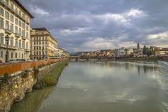 Μεσαιωνική γέφυρα Ponte Vecchio Άποψη του ποταμού Arno από την προκυμαία στη Φλωρεντία στοκ εικόνα