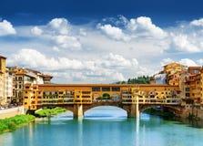 Μεσαιωνική γέφυρα Ponte Vecchio και ο ποταμός Arno Φλωρεντία Στοκ Φωτογραφίες