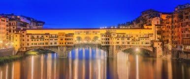 Μεσαιωνική γέφυρα Ponte Vecchio και ο ποταμός Arno Στοκ Φωτογραφία
