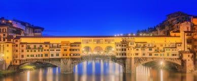 Μεσαιωνική γέφυρα Ponte Vecchio και ο ποταμός Arno Στοκ φωτογραφίες με δικαίωμα ελεύθερης χρήσης