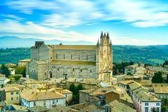 Μεσαιωνική εκκλησία καθεδρικών ναών Duomo Orvieto και παλαιά του χωριού εναέρια άποψη. Ιταλία Στοκ φωτογραφία με δικαίωμα ελεύθερης χρήσης