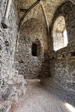 Μεσαιωνική θολωτή ανώτατη αίθουσα με τους δύσκολους τοίχους Στοκ φωτογραφίες με δικαίωμα ελεύθερης χρήσης