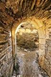 Μεσαιωνική πετρώδης πύλη με τον τοίχο τοίχων στο υπόβαθρο Στοκ Φωτογραφία