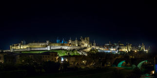 Μεσαιωνική όψη νύχτας κάστρων του Carcassone. Πανόραμα. Στοκ Φωτογραφίες