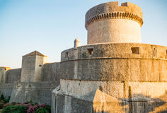 Μεσαιωνικοί παλαιοί τοίχοι πόλεων κωμοπόλεων πύργων και Dubrovnik Minceta στην Κροατία Στοκ εικόνα με δικαίωμα ελεύθερης χρήσης
