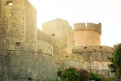 Μεσαιωνικοί παλαιοί τοίχοι πόλεων κωμοπόλεων πύργων και Dubrovnik Minceta στην Κροατία Στοκ εικόνες με δικαίωμα ελεύθερης χρήσης