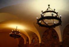 Μεσαιωνικοί πολυέλαιοι σε ένα κάστρο στη Ρουμανία στοκ φωτογραφία με δικαίωμα ελεύθερης χρήσης