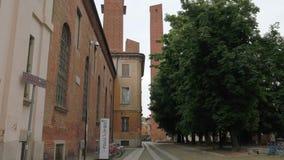 Μεσαιωνικοί πύργοι πίσω από το πανεπιστήμιο και μερικά δέντρα στην Παβία, PV, Ιταλία απόθεμα βίντεο