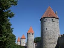 Μεσαιωνικοί πύργοι των τοίχων πόλεων του Ταλίν, Εσθονία Στοκ φωτογραφία με δικαίωμα ελεύθερης χρήσης