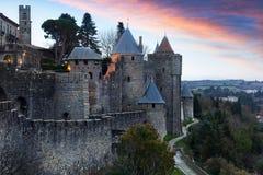 Μεσαιωνικοί τοίχοι φρουρίων στο χρόνο λυκόφατος Carcassonne Στοκ Φωτογραφίες