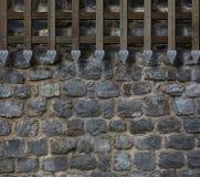 Μεσαιωνικοί φραγμοί πυλών στον τοίχο πετρών κάστρων Στοκ Εικόνες